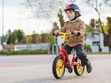 Laufräder bereiten Kinder auf das Fahrrad vor.