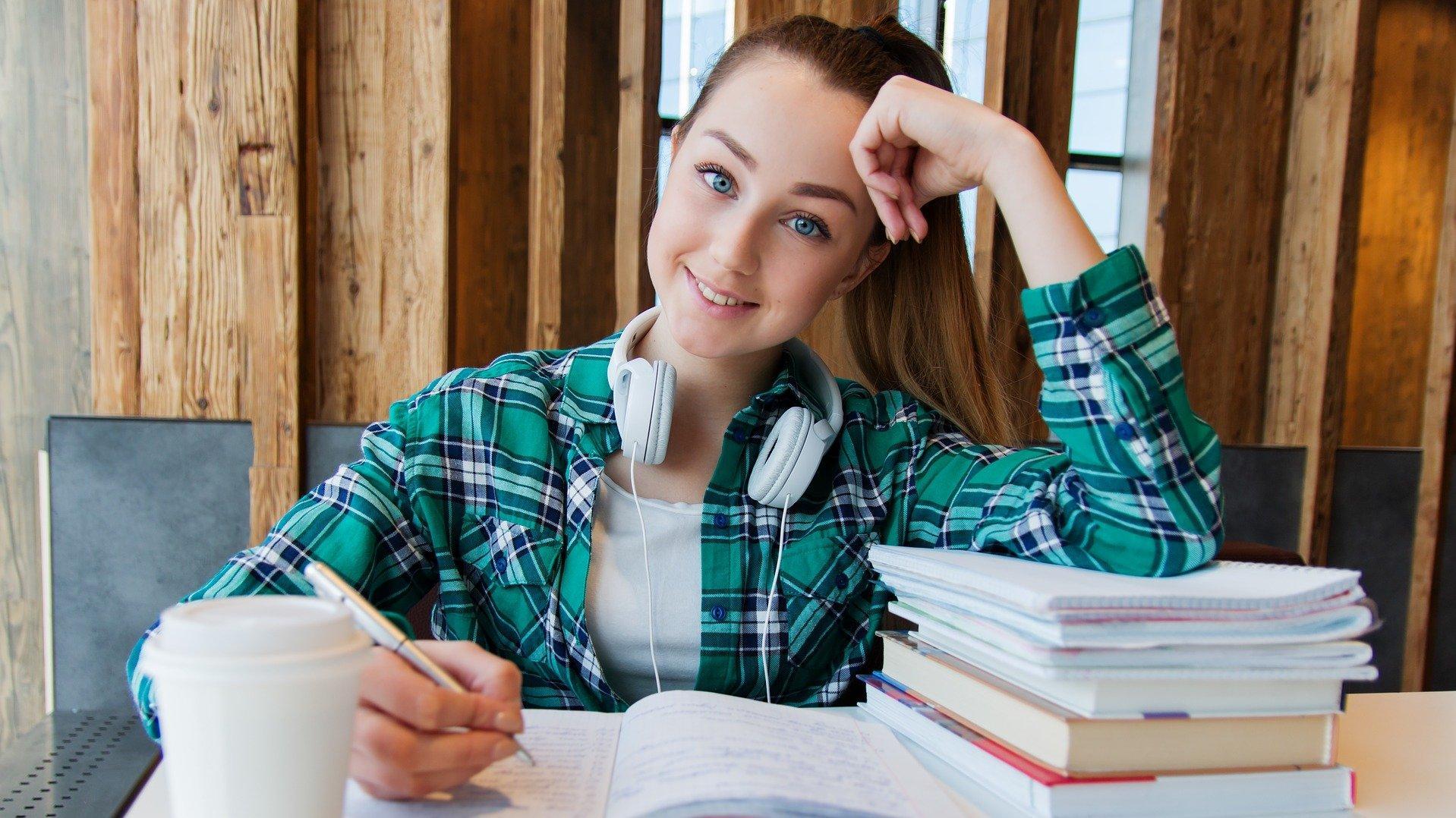 Diese Schülerin weiß, was ein Schüler-BAföG ist.