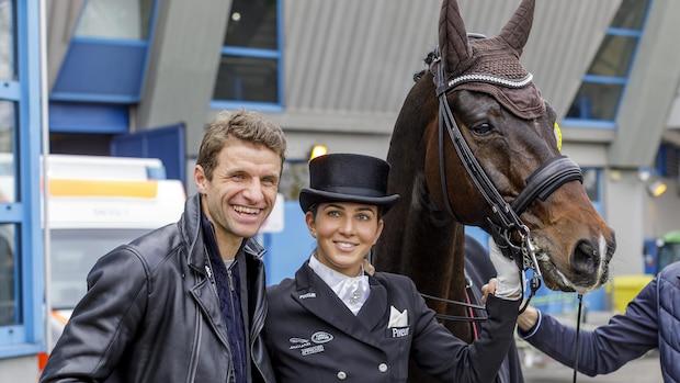 Herr Müller kennt sich dank Lisa auch beim Reiten aus: Hier ist er sichtlich gut gelaunt beim German Masters 2019