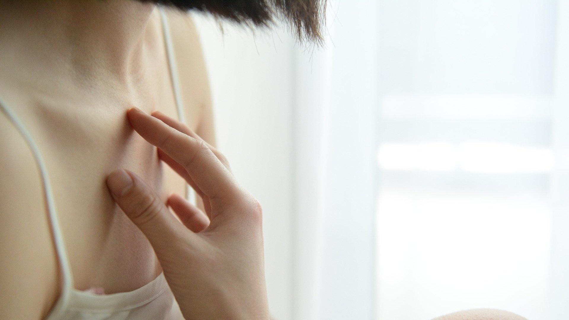 Ein Ausschlag auf der Brust verschwindet schnell wieder, wenn kosmetische Ursachen eine Rolle spielen.