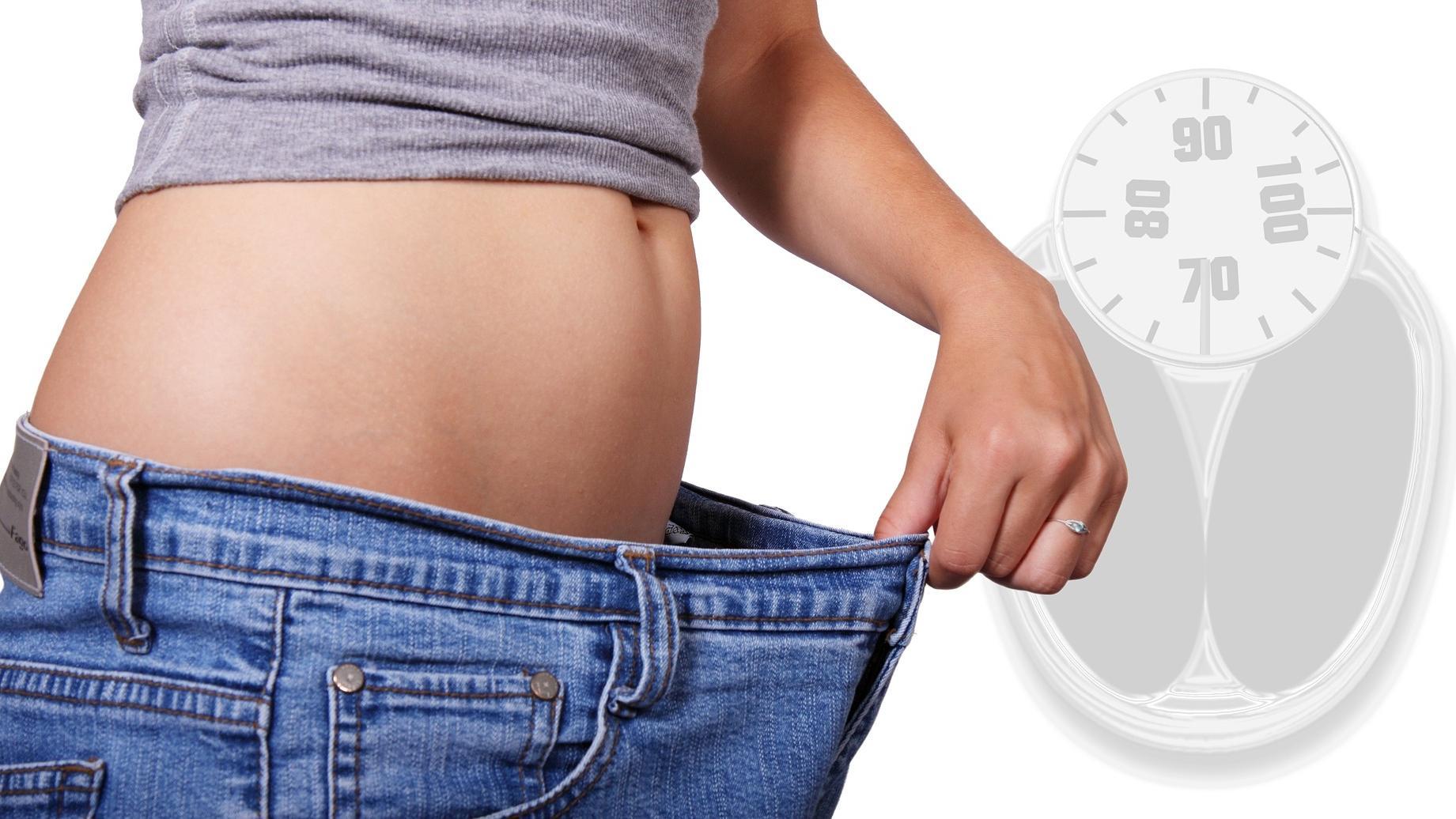 Fett am Unterbauch loswerden: Mit einer Kombination aus Bewegung und gesunder Ernährung purzeln die Pfunde!