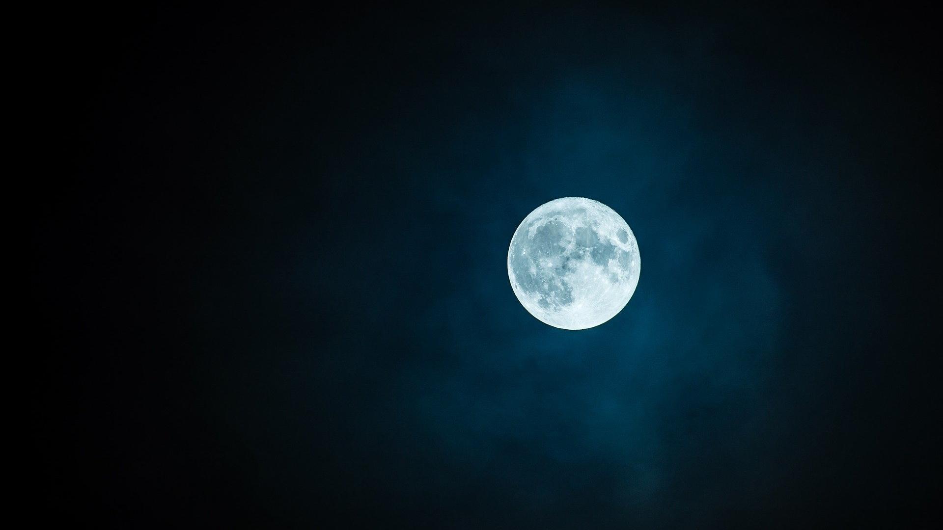 Mit einem Handy lässt sich der Mond nicht so leicht fotografieren.