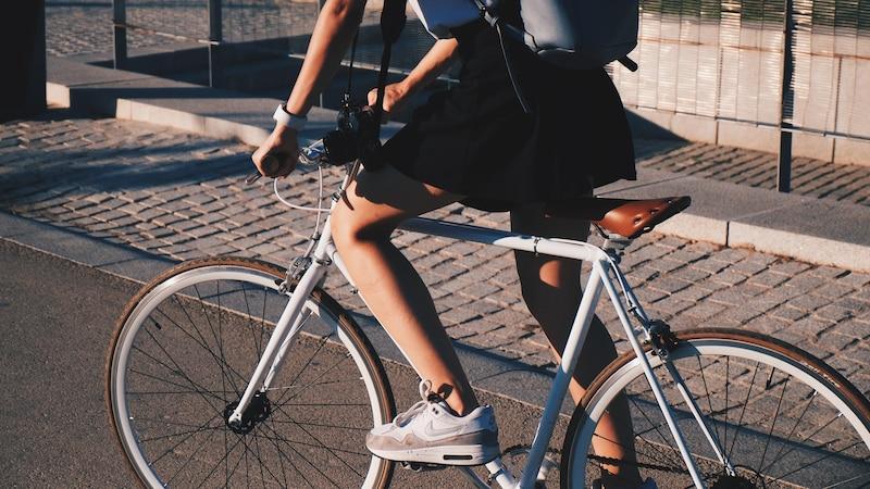 Mit dem Fahrrad links abbiegen: So klappt es.