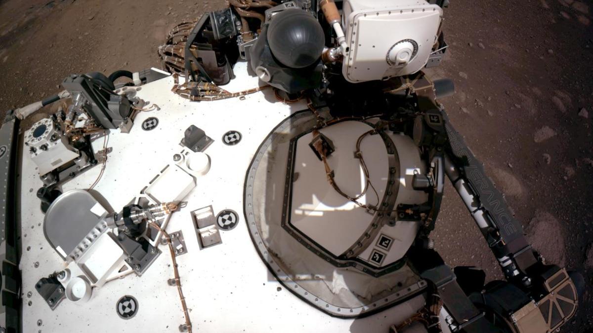 20. Februar 2021: Die Navigationskameras (Navcams) zeigen das Deck des Rovers