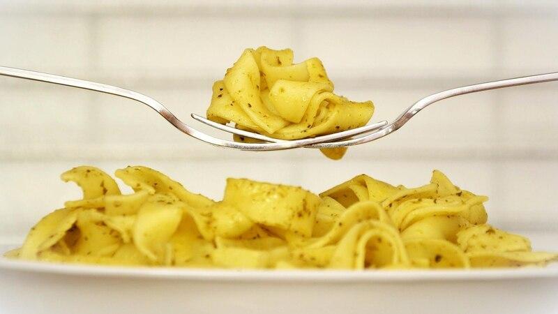 Gekochte und übriggebliebene Nudeln kann man nach der letzten Mahlzeit problemlos einfrieren.