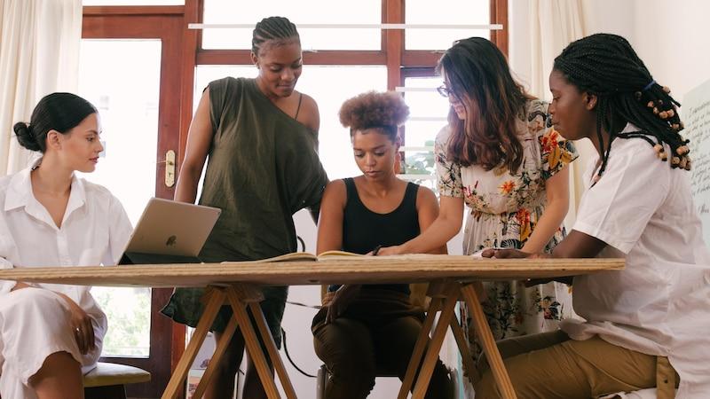 Performance Management hilft laut Definition Unternehmen dabei, Mitarbeiter anzureizen und sowohl individuelle als auch gemeinsame Ziele zu definieren.