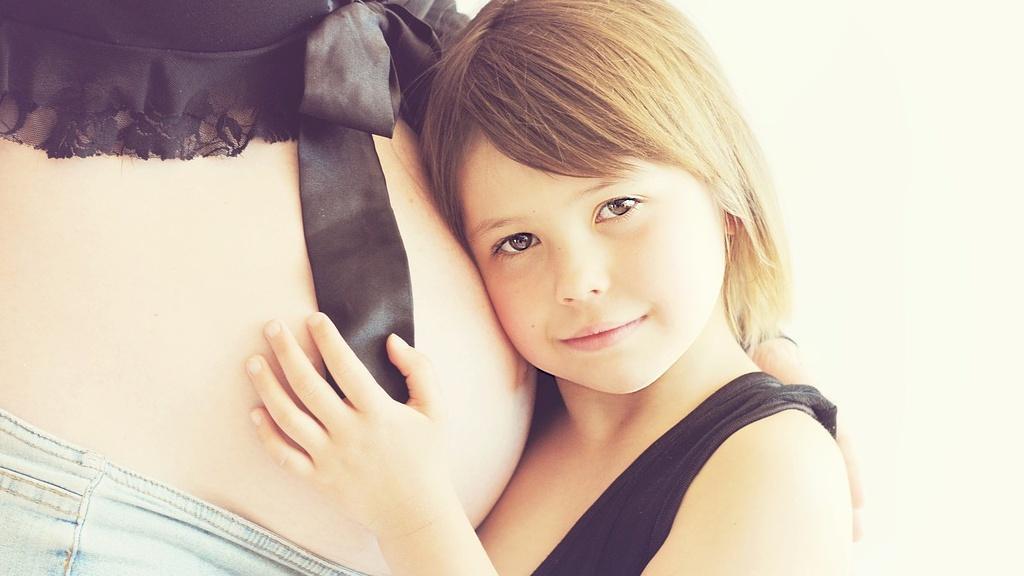 Es gibt verschiedene Wege, wie Sie eine Bindung zum Baby im Bauch aufbauen.