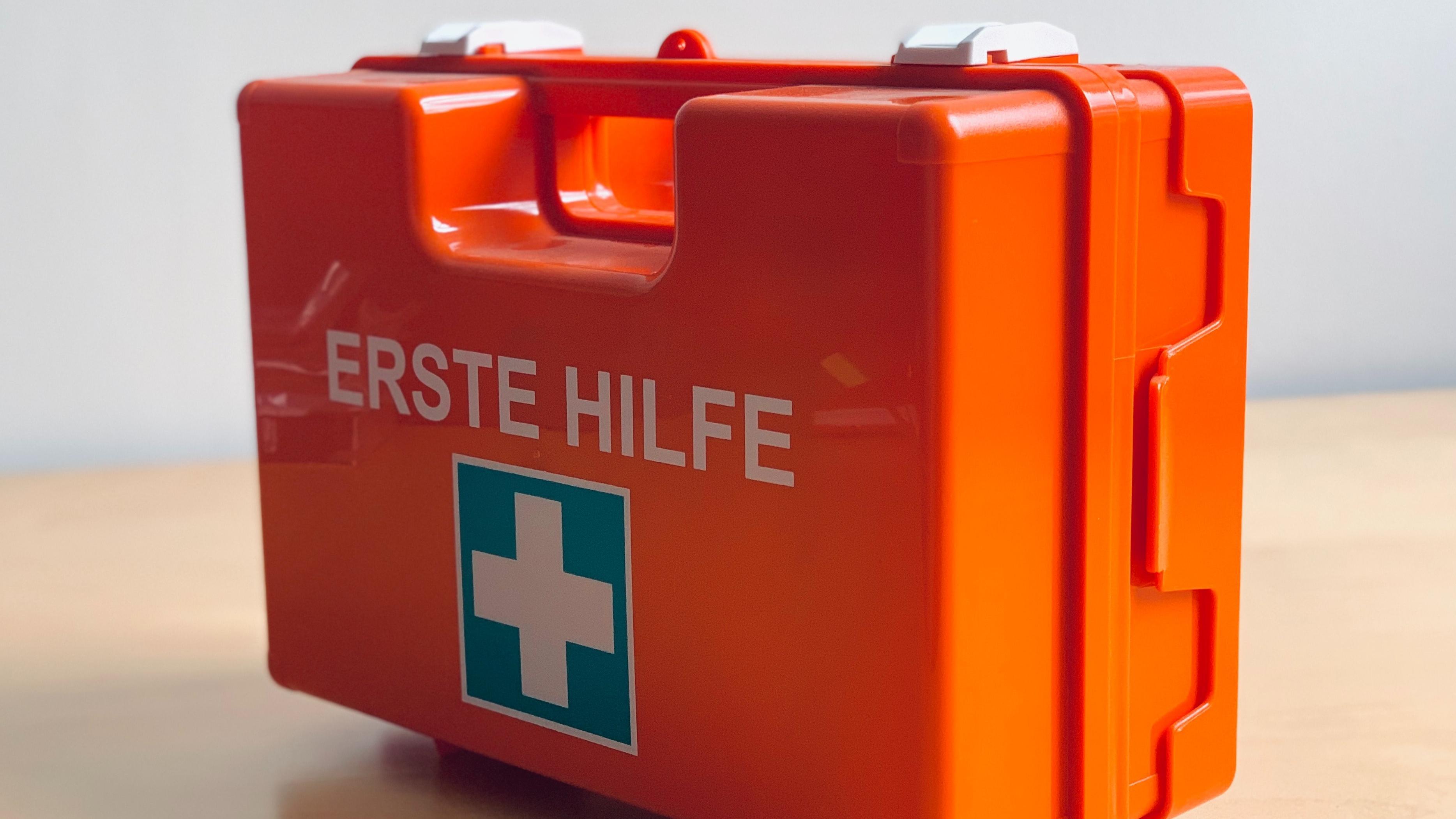 Zur Sicherheit am Arbeitsplatz gehört unter anderem, die Erste Hilfe zu gewährleisten.