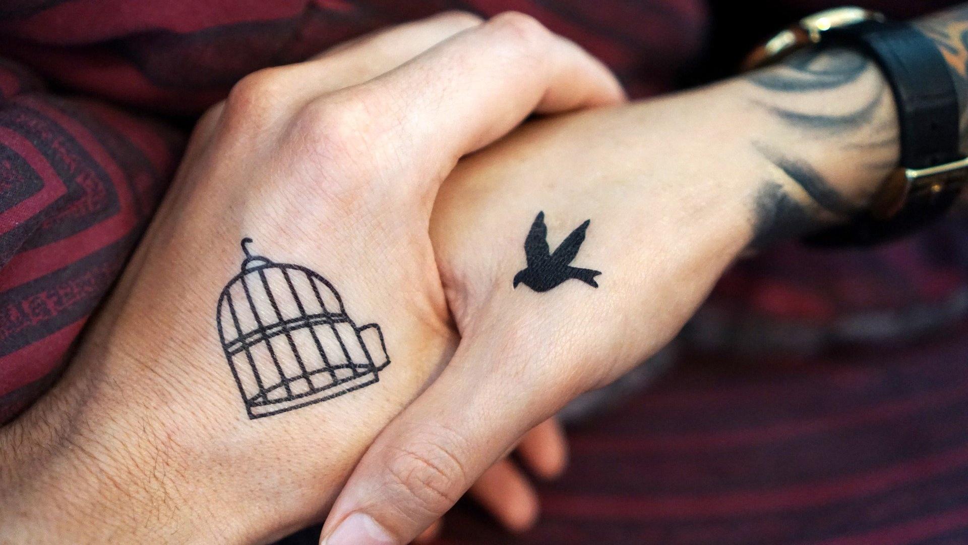 Ein Partner-Tattoo kann ein echter Liebesbeweis zwischen zwei Menschen sein.