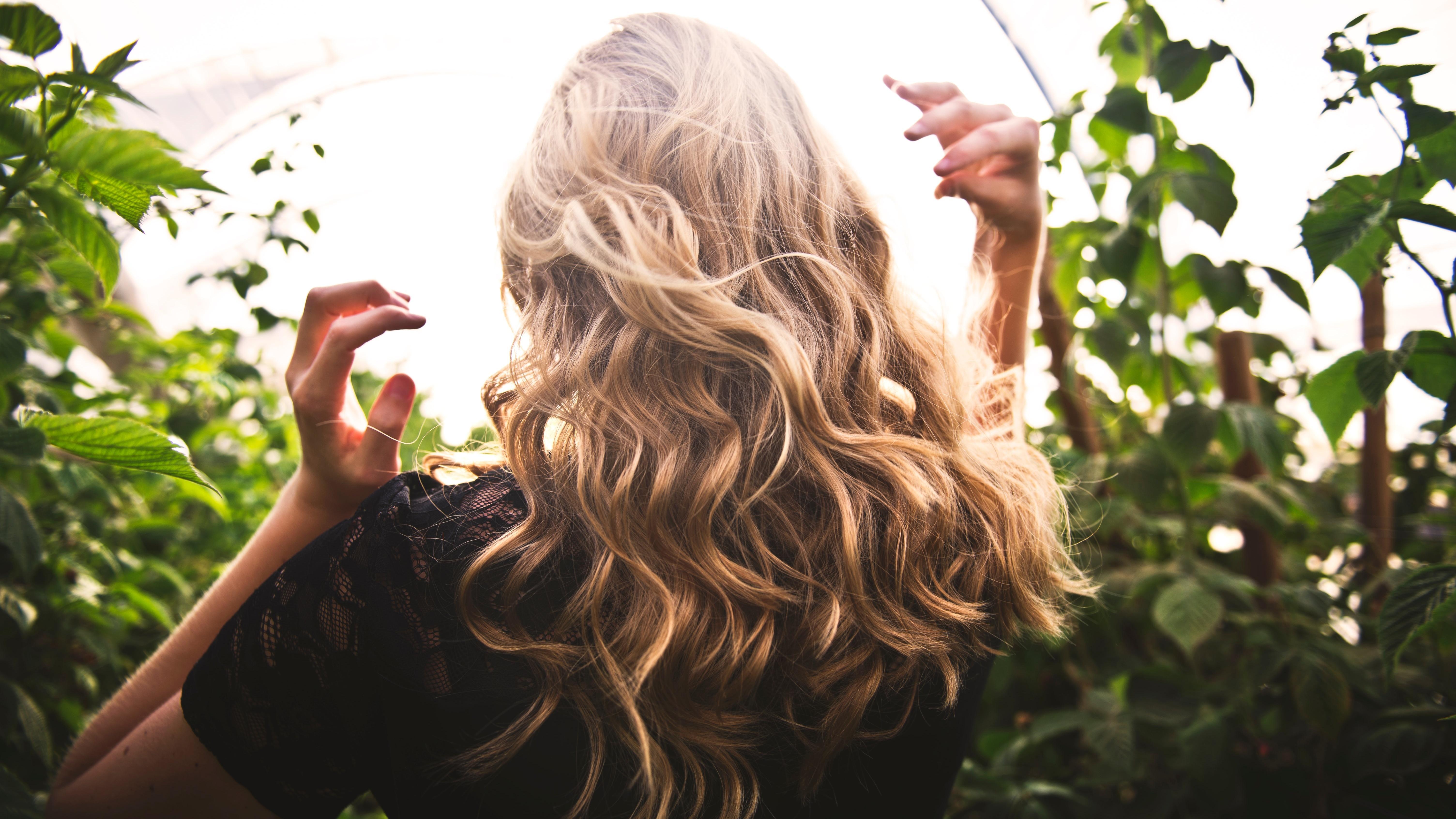 Shampoo gegen fettige Haare helfen die Haare wieder weniger waschen zu müssen.
