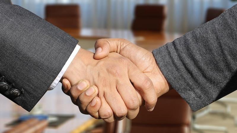 Durch Öffnungsklauseln kann die Flexibilität in Gesetzen oder Verträgen erhöht werden.
