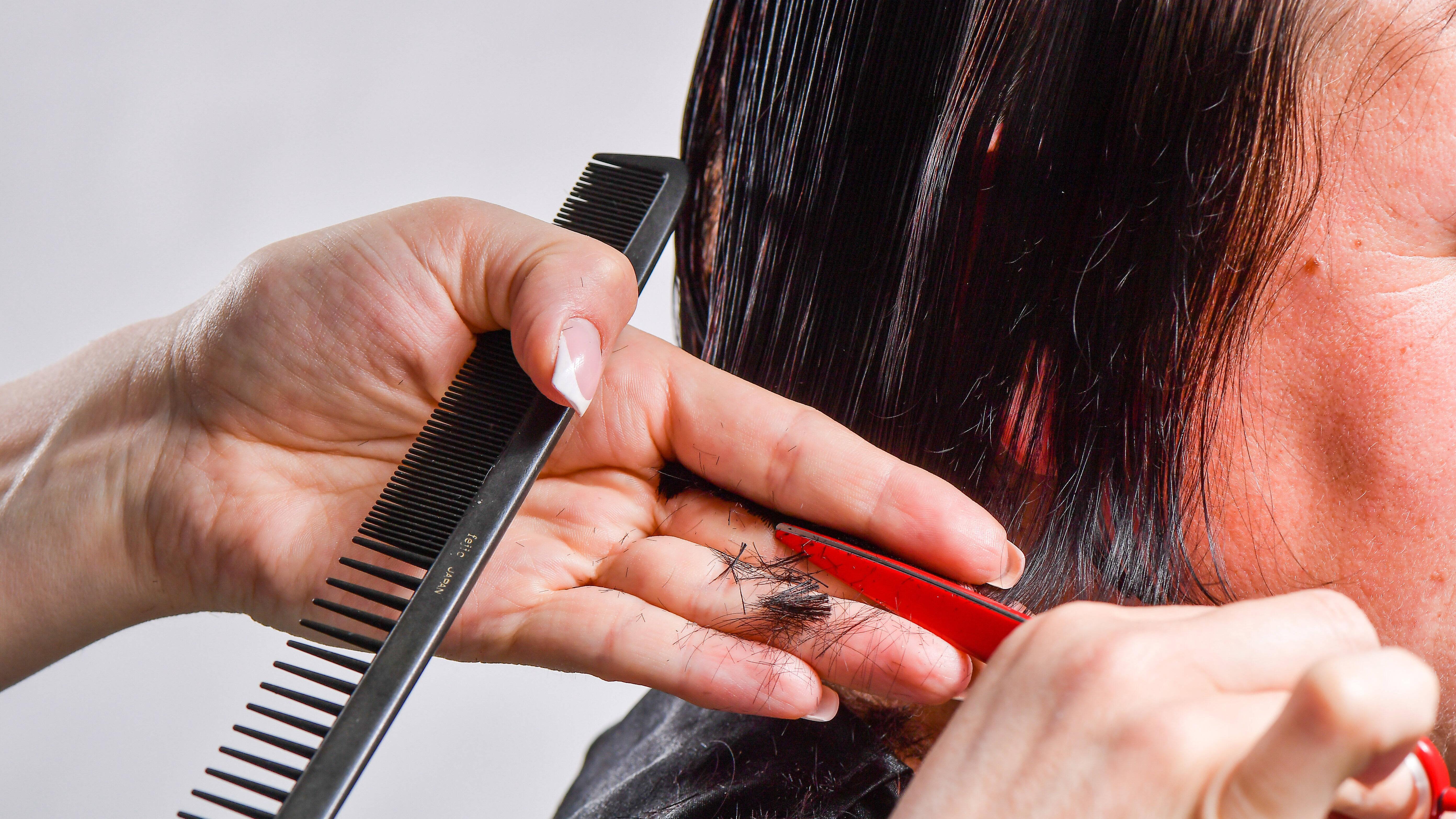 Mit einem Stufenschnitt wird das Selber schneiden schwieriger. Haben Sie sich verschnitten, hilft der Friseur weiter.