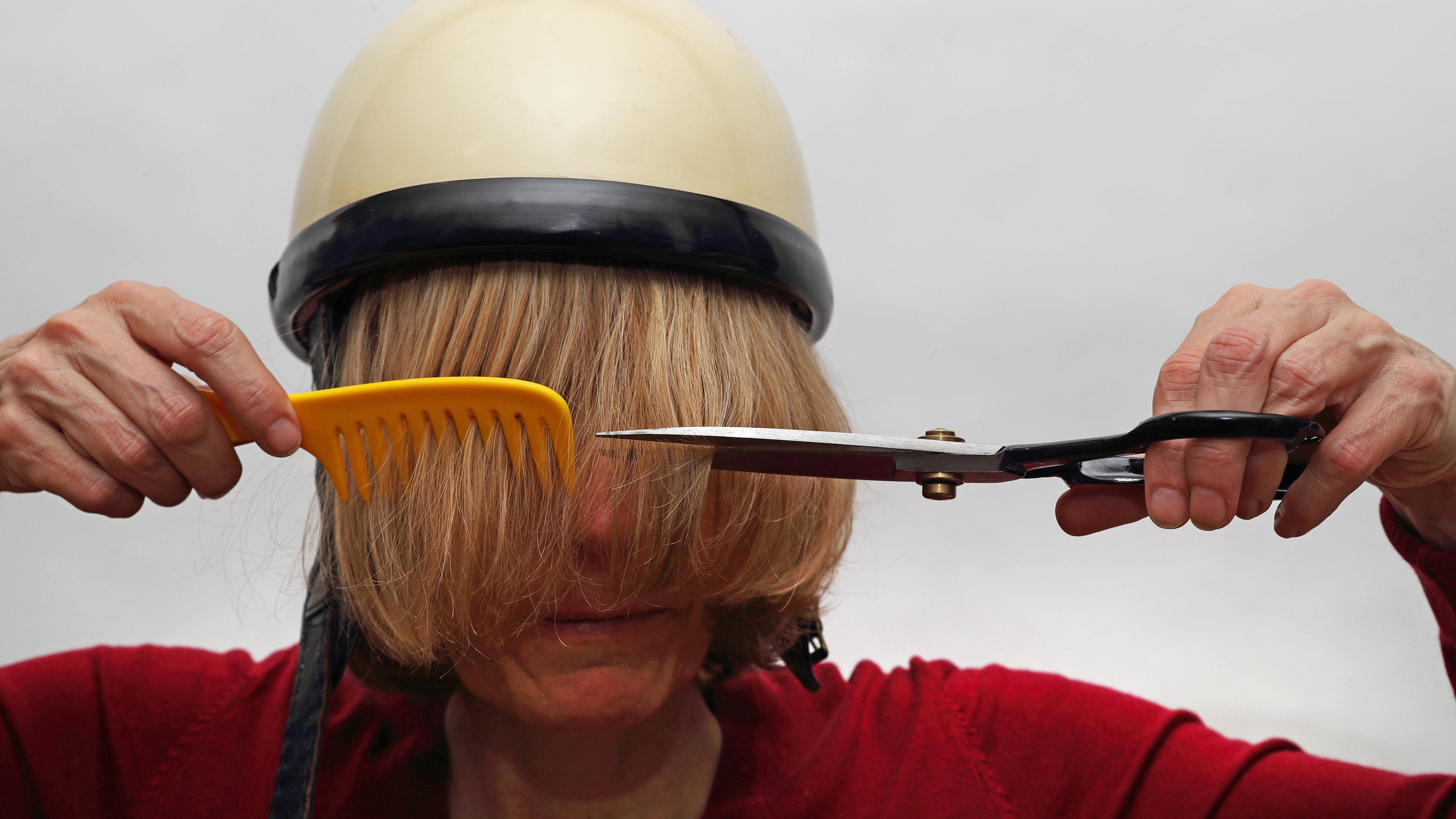 Wenn Sie lange Haare selber schneiden, sollten Sie sich Stück für Stück zur gewünschten Haarlänge vortasten und nicht zu viel auf einmal abschneiden.