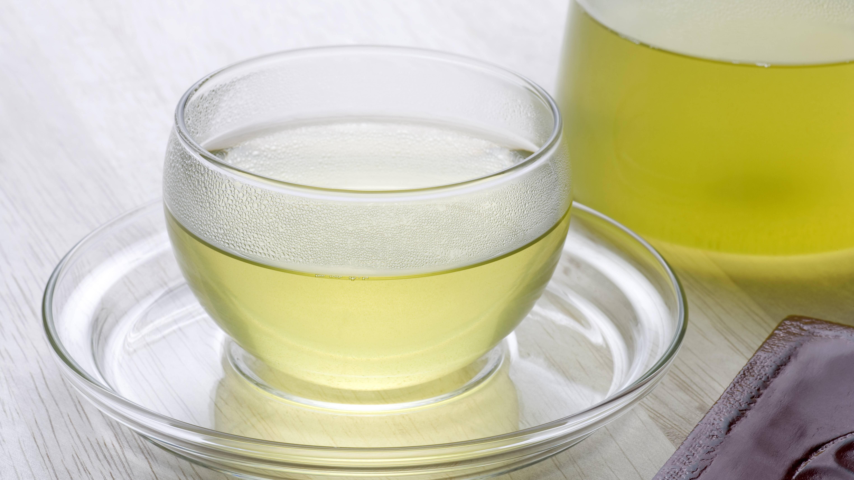 Was tun gegen Wassereinlagerungen? Zum Beispiel Grünen Tee trinken.