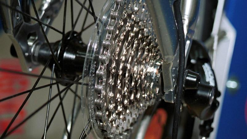 Mit Kettenreiniger und einem Lappen reinigen Sie Ihre Fahrradkassette.