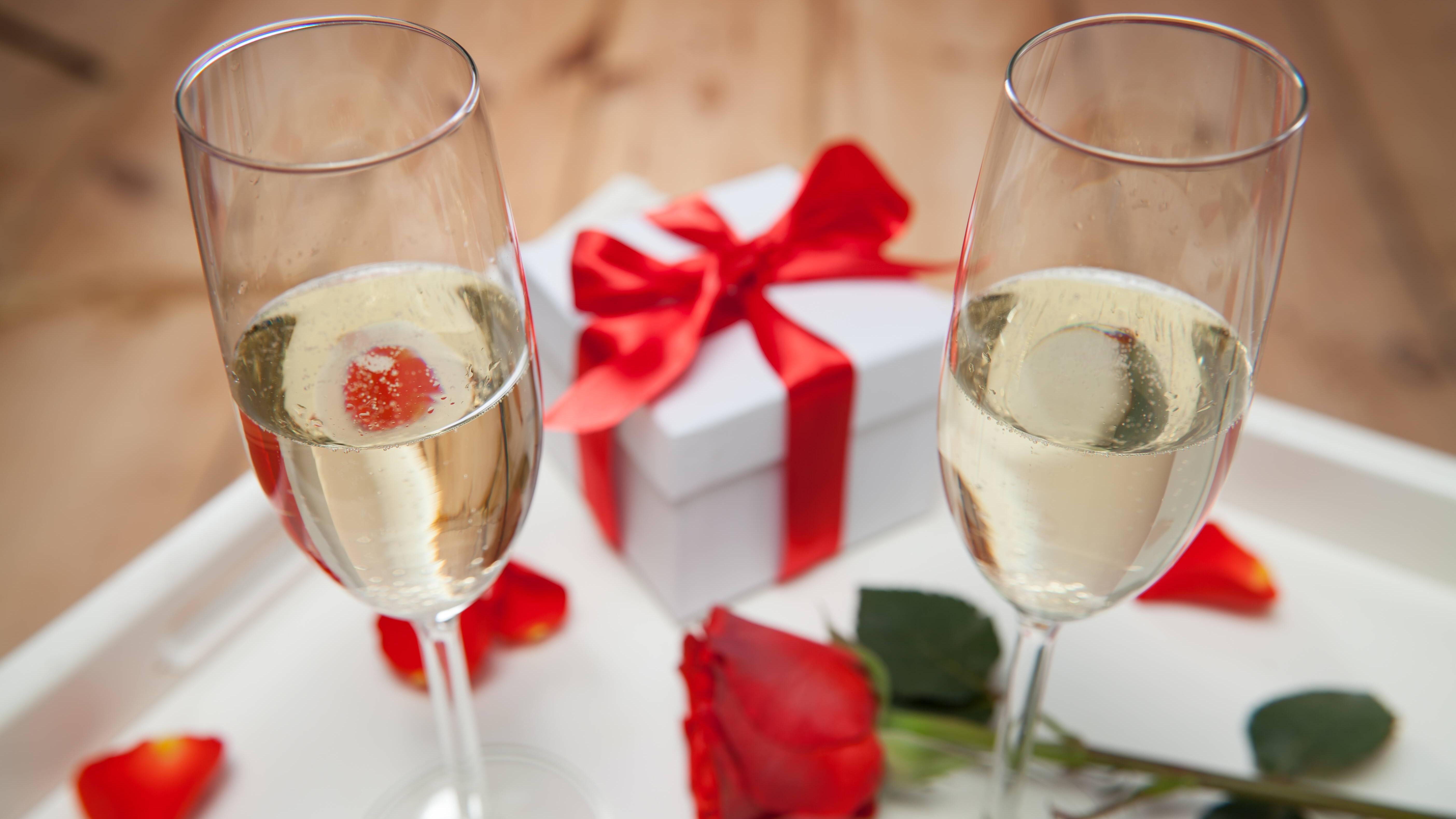 Schenken Sie einen personalisierten Champagner, um mit dem Paar anzustoßen.