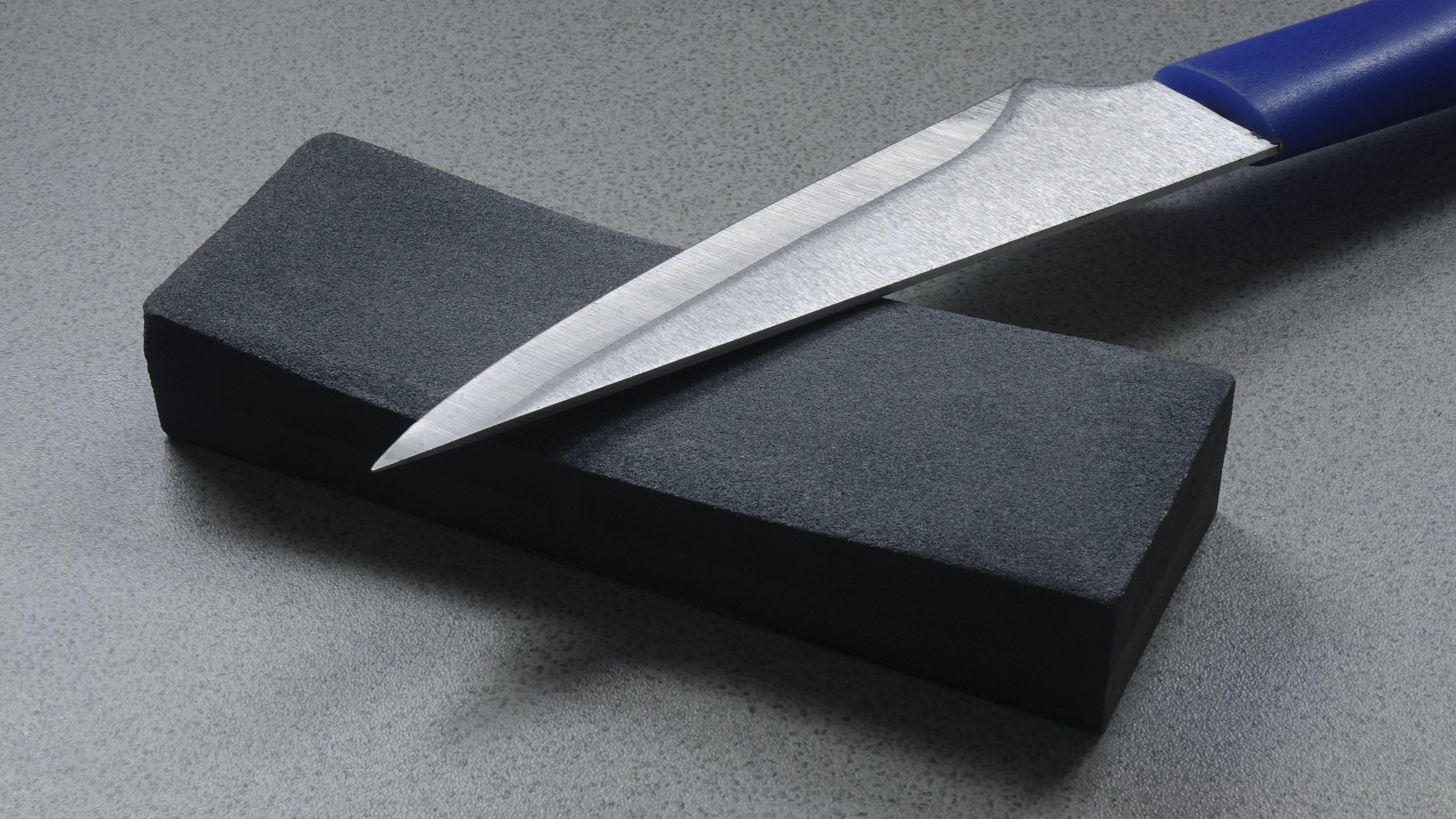 Schleifen Sie Ihre Messer im richtigen Winkel, um sie lange scharf zu halten.