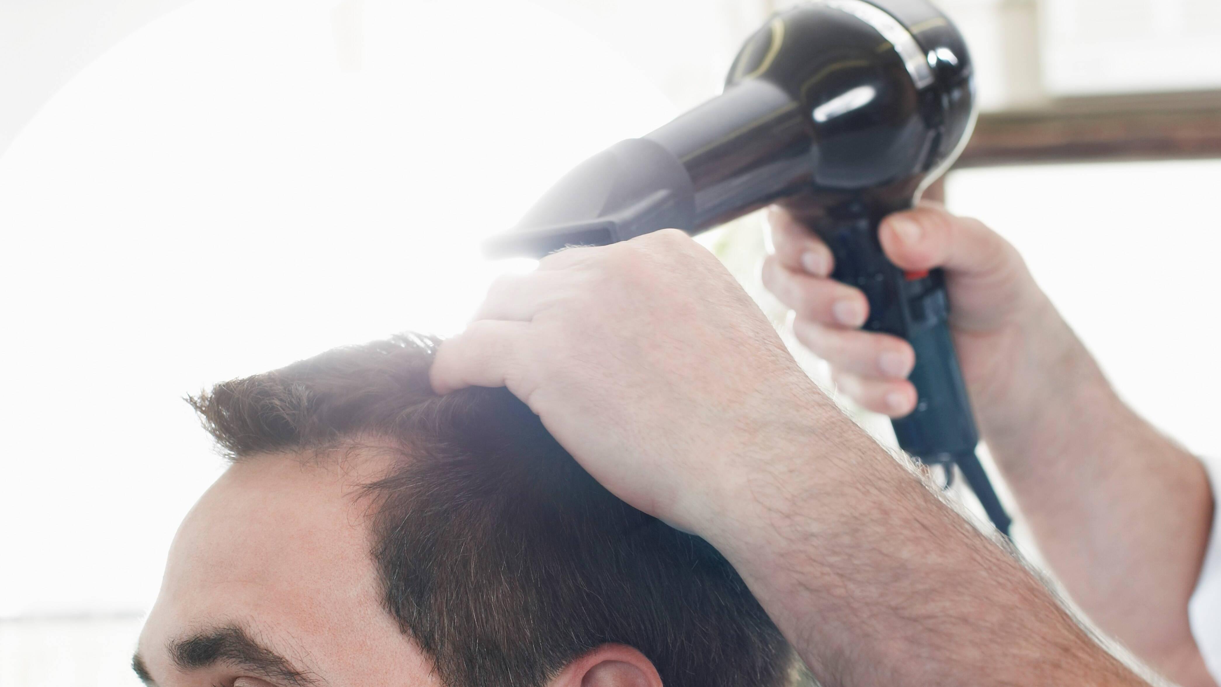 Männer sollten bei der Haarpflege auf milde Produkte setzen.