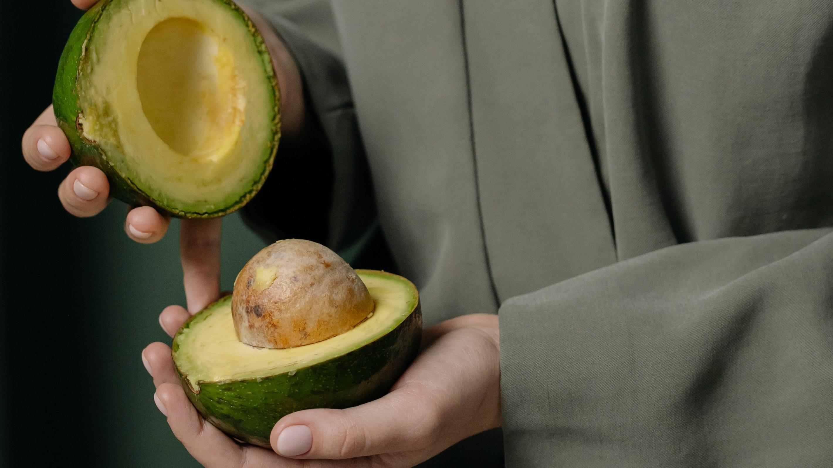 Eine aufgeschnittene Avocado lagern Sie am besten mit Kern im Kühlschrank.