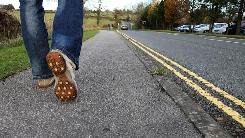 Fußgänger: Auf dieser Straßenseite gehen Sie richtig