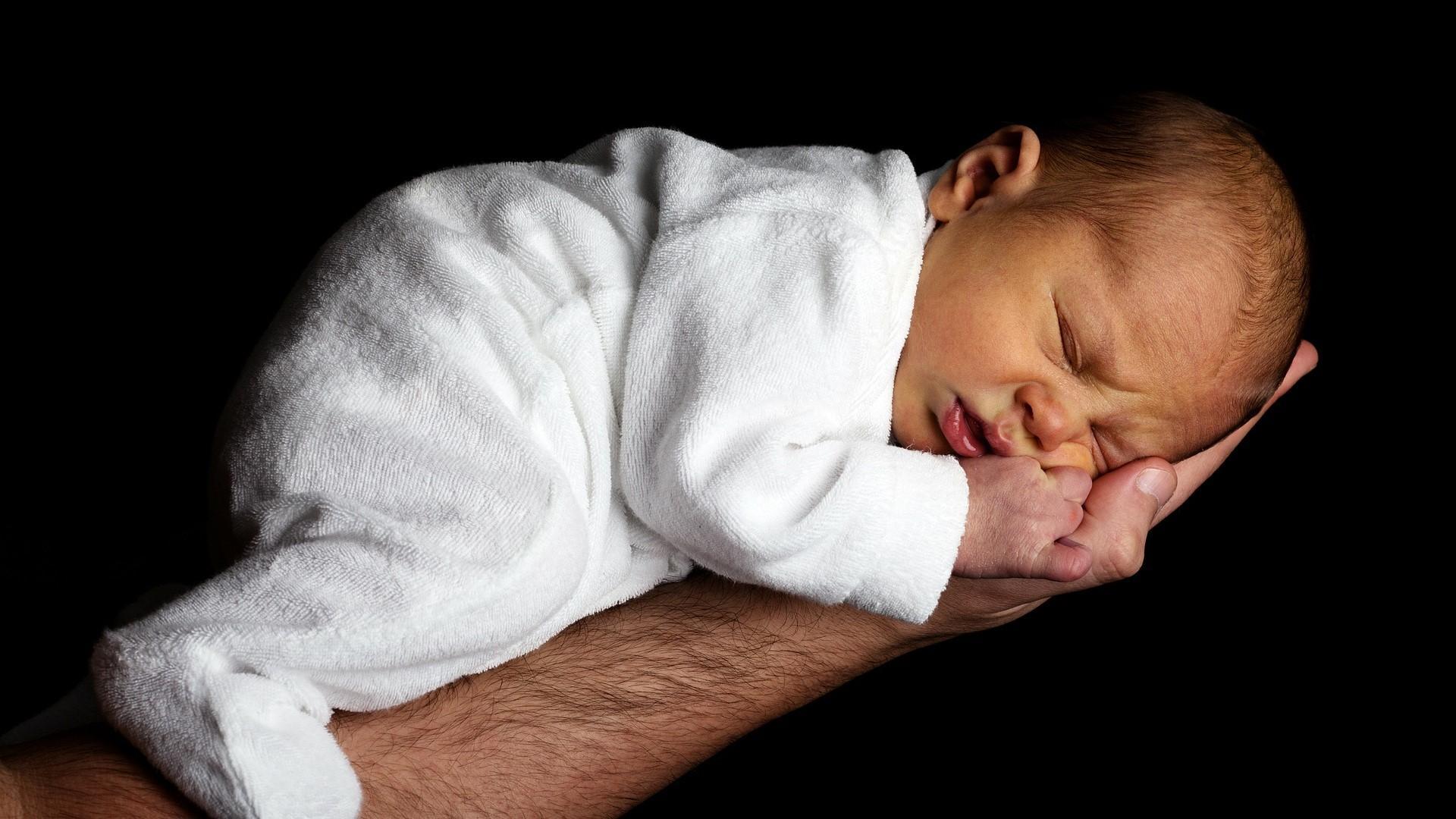 Baby zappelt beim Einschlafen: So beruhigen Sie ihr Kind