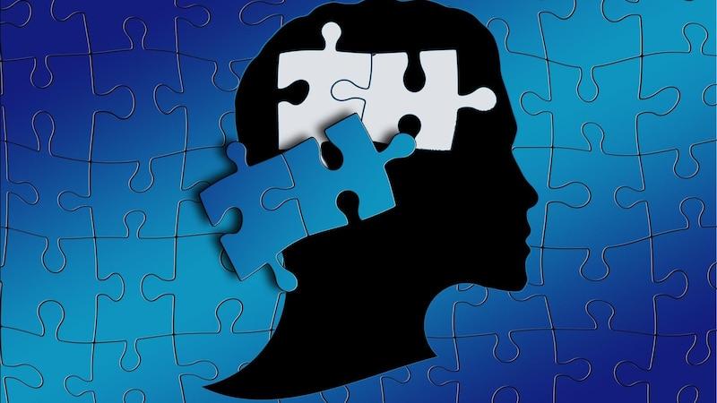 Demenz in jungen Jahren äußert sich meist durch Antriebslosigkeit und emotionale Verflachung.