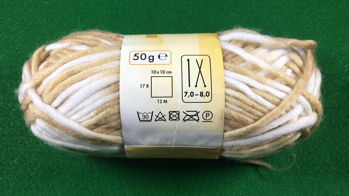 Die richtige Stärke der Stricknadeln für die jeweilige Wolle ist auf der Schleife vermerkt (Stricknadelsymbole).