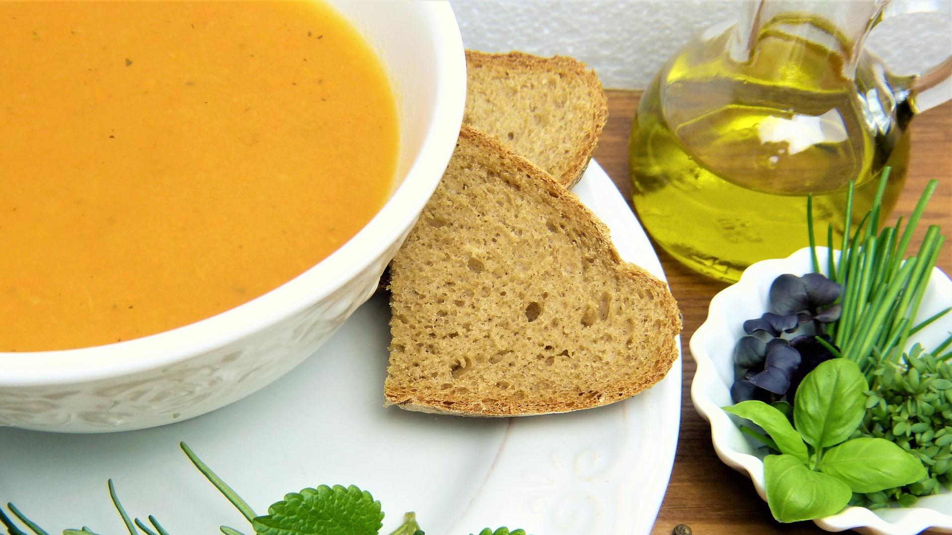 Alle Makronährstoffe sollen in Ihrem gesunden Mittagessen zum Abnehmen enthalten sein - auch Fette und Kohlenhydrate. Brot zum Beispiel darf ruhig ab und zu auf den Speiseplan!