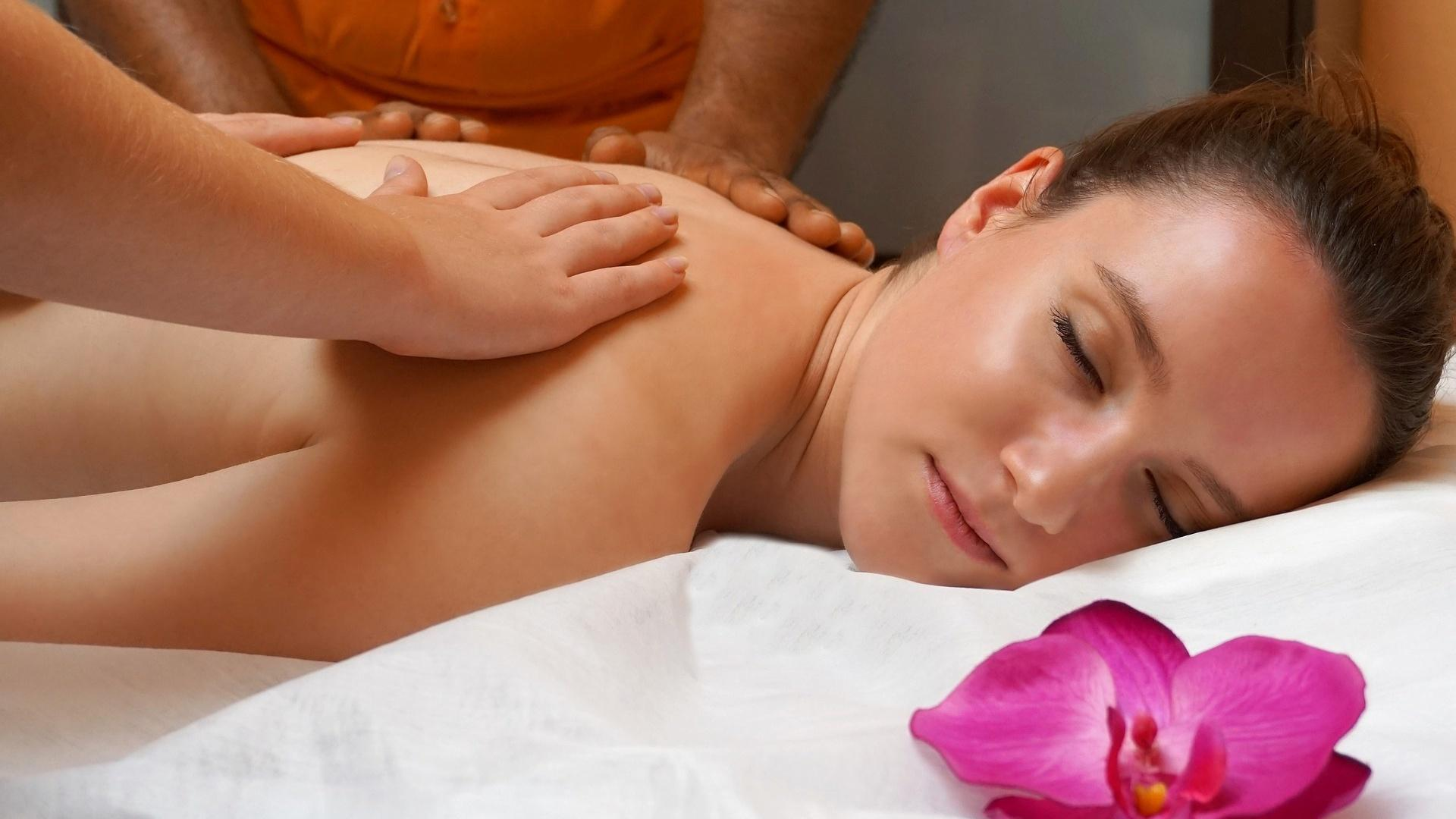 Die vierhändige Tantra-Massage führt für den Empfänger dazu, dass er sich tief fallen lassen kann.