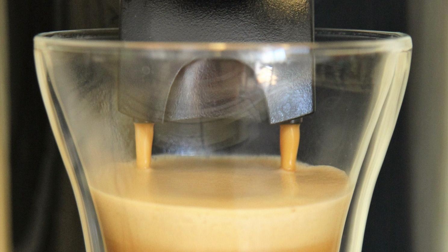 Mit den beschriebenen Tastenkombinationen entkalken Sie die Senseo Kaffeemaschine. Danach genießen Sie Ihren Kaffee wie gewohnt.