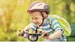 Auch kleine Kinder brauchen einen Fahrradhelm.