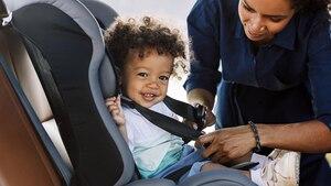 Für den Nachwuchs im Auto ist ein Kindersitz verpflichtend.