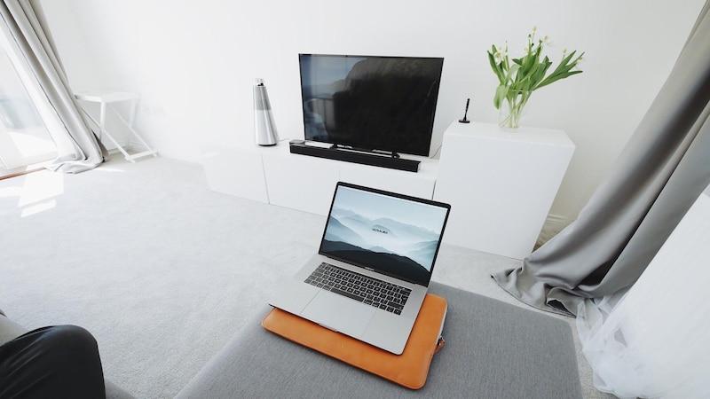 Laptop und Fernseher lassen sich via WLAN kabellos verbinden.