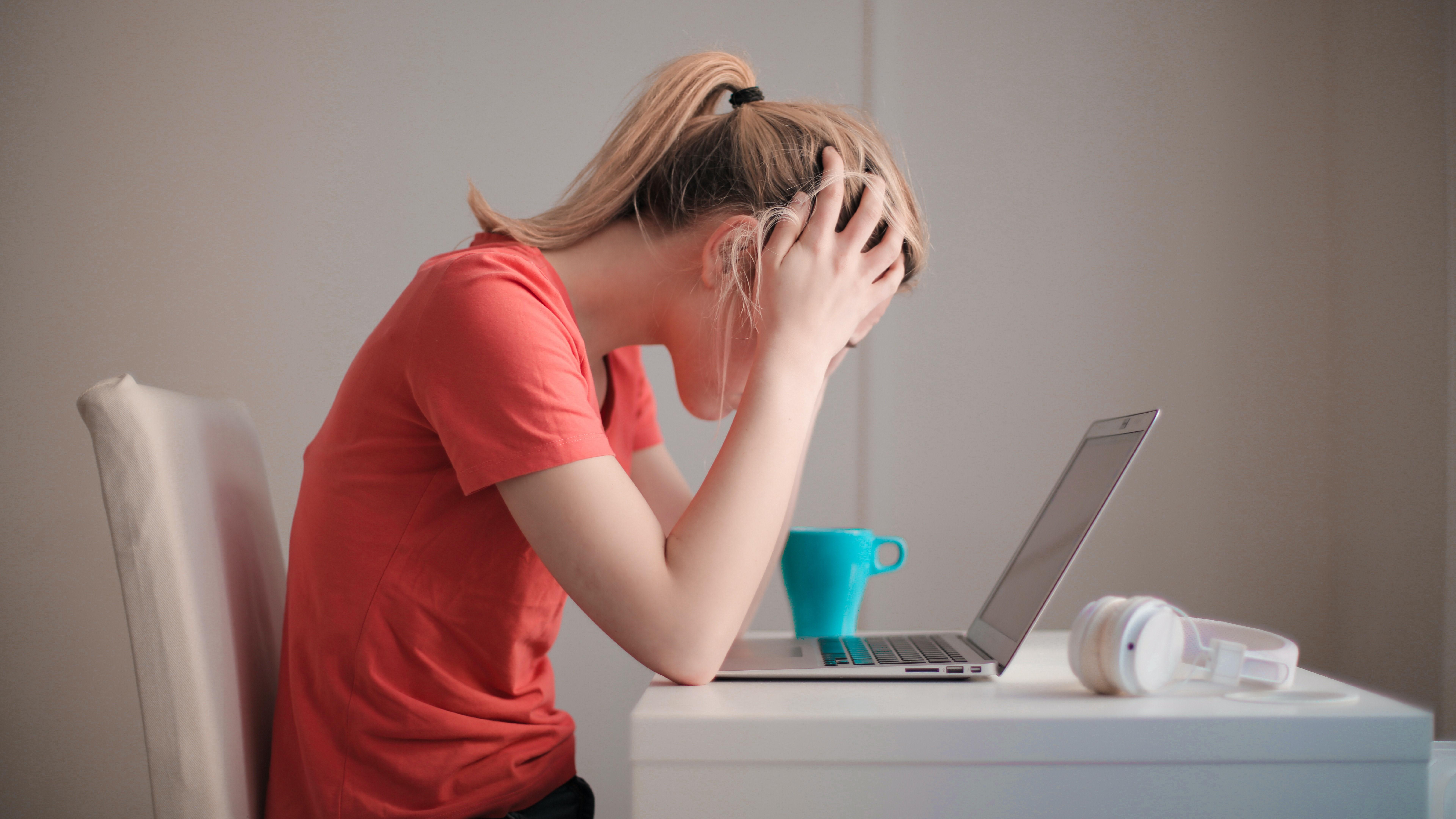 Schulstress kann ein Grund für Kopfschmerzen bei Teenagern sein.