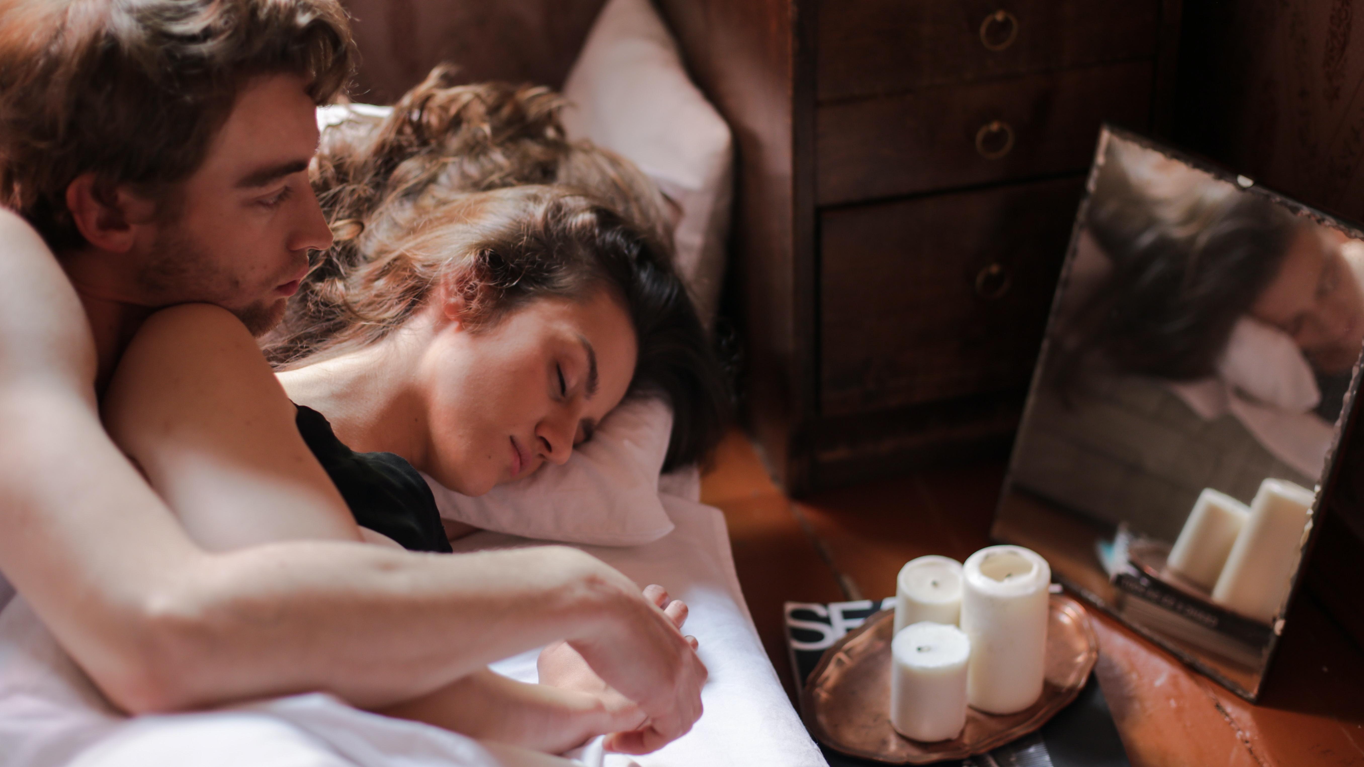 Die Löffelchenposition ist eine gängige Schlafposition bei vielen Paaren.