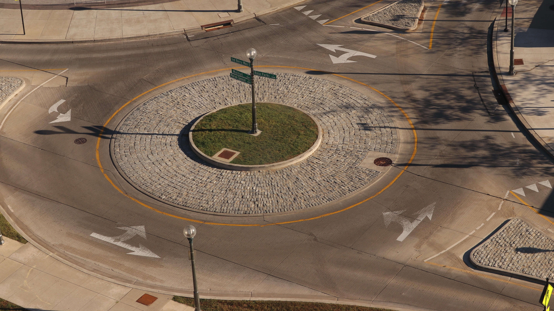 Fußgänger sollten die Regeln für den Kreisverkehr kennen, damit sie gefahrlos die Fahrbahn queren können.