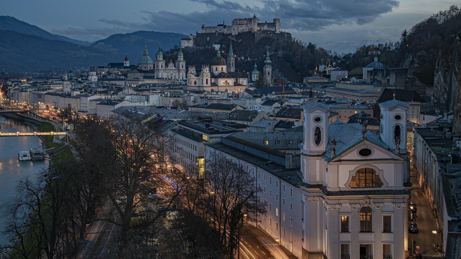 Das Salzburger-Nockerln-Rezept symbolisiert den Stolz der Salzburger auf Ihre Hausberge: Die Nockerln stellen Gaisberg, Mönchsberg und Kapuzinerberg dar.