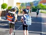 Mit dem Schulranzen soll das Kind im Straßenverkehr gut gesehen werden.