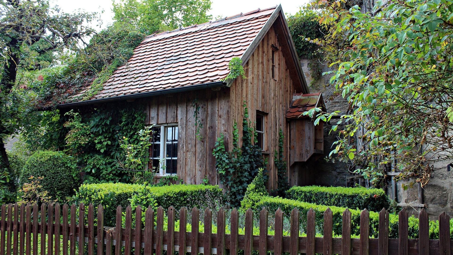 Ihr Gartenhaus sollten Sie gut imprägnieren, damit es eine lange Lebensdauer aufweist.