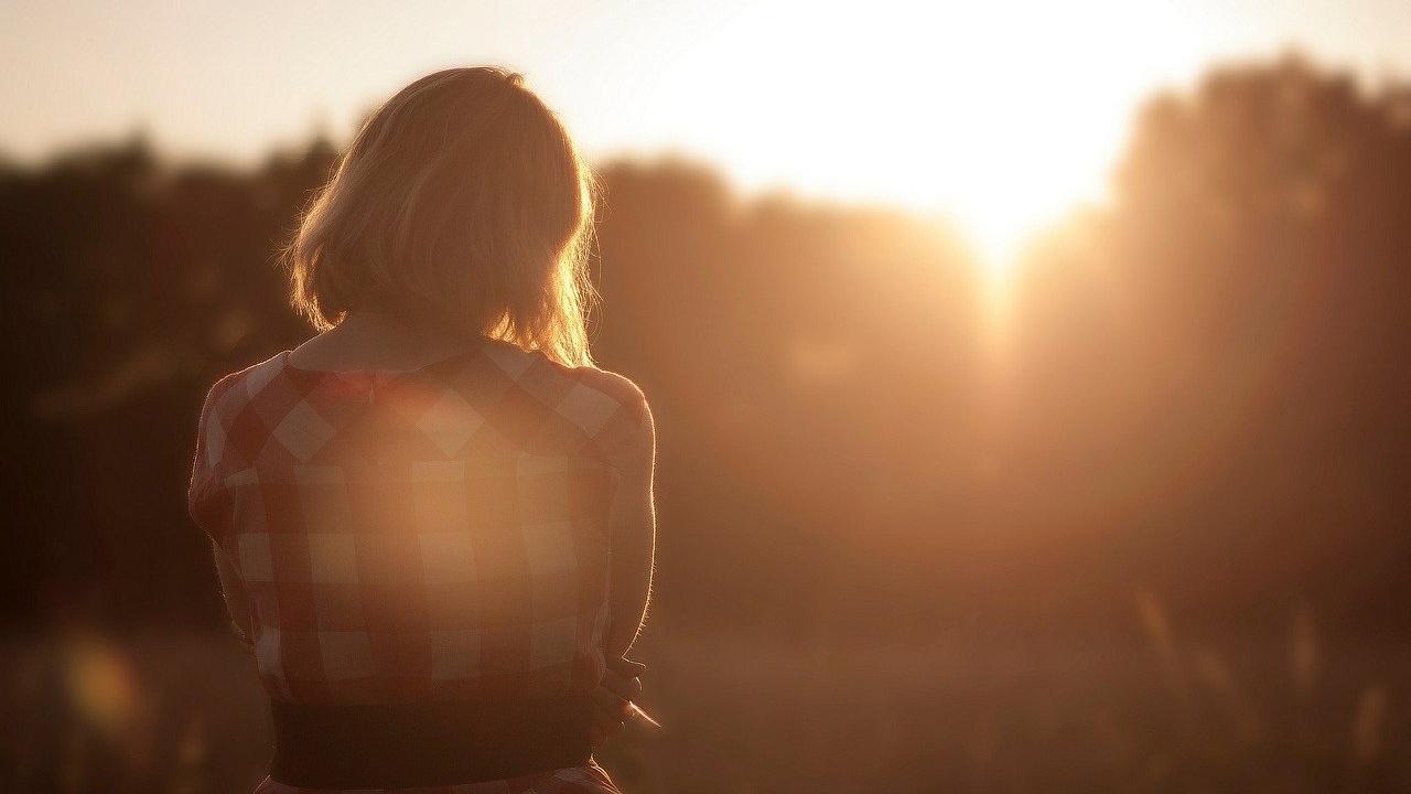 Gefühlskälte als Selbstschutz kann dazu führen, dass Betroffene allein bleiben.