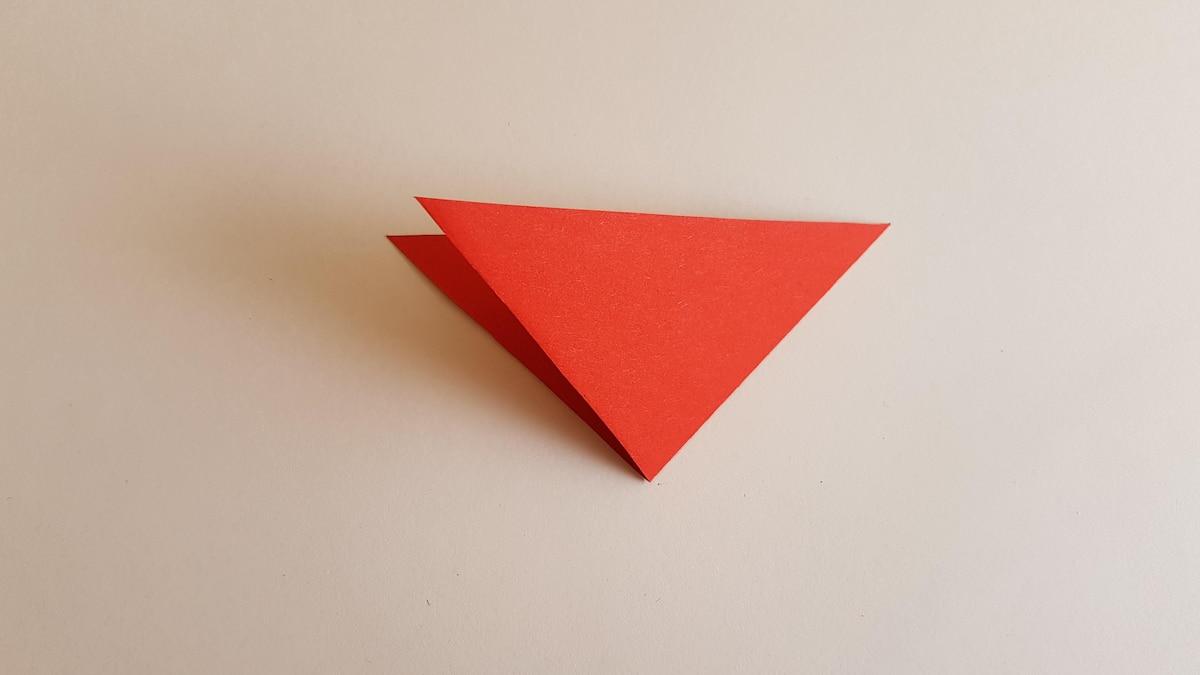 Falten Sie das Dreieck an der langen Seite in der Mitte zusammen.