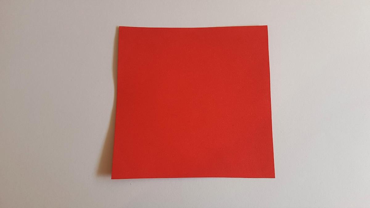 Sie brauchen ein quadratisches rotes Blatt Papier.