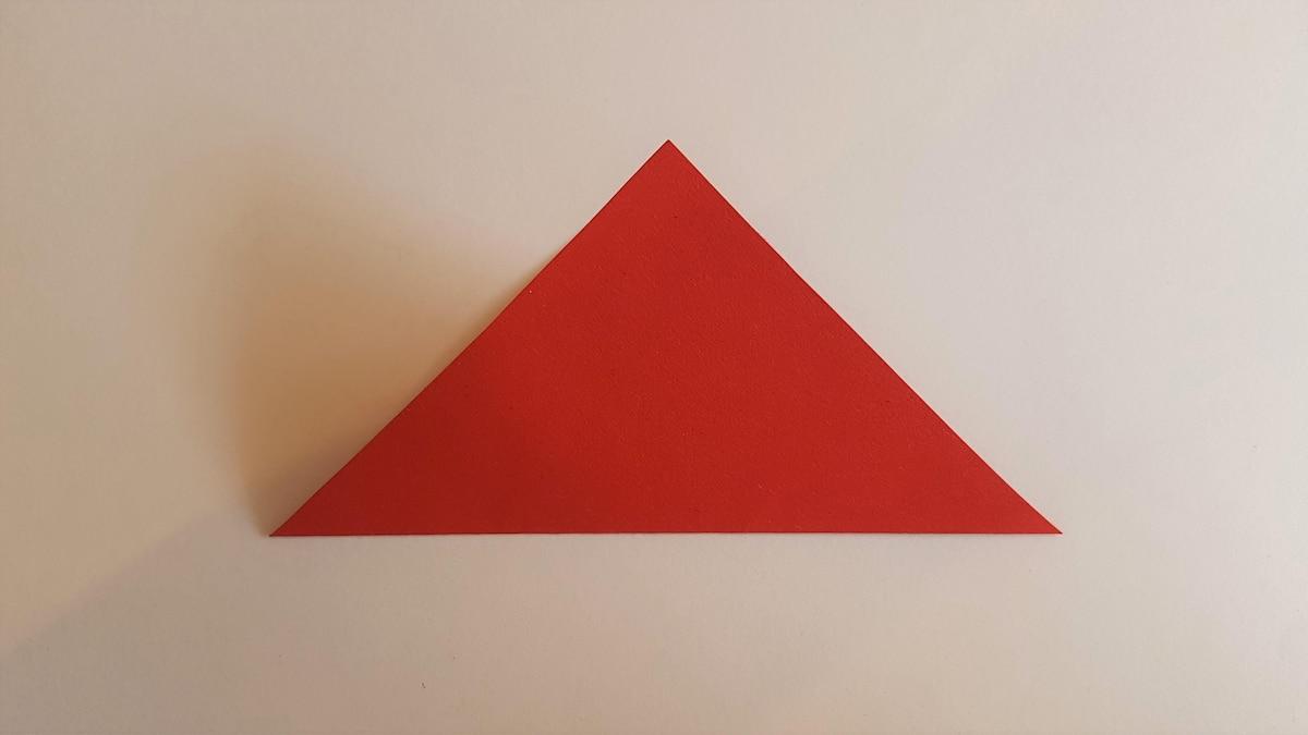 Falten Sie das Papier diagonal zusammen, so dass es ein Dreieck bildet.
