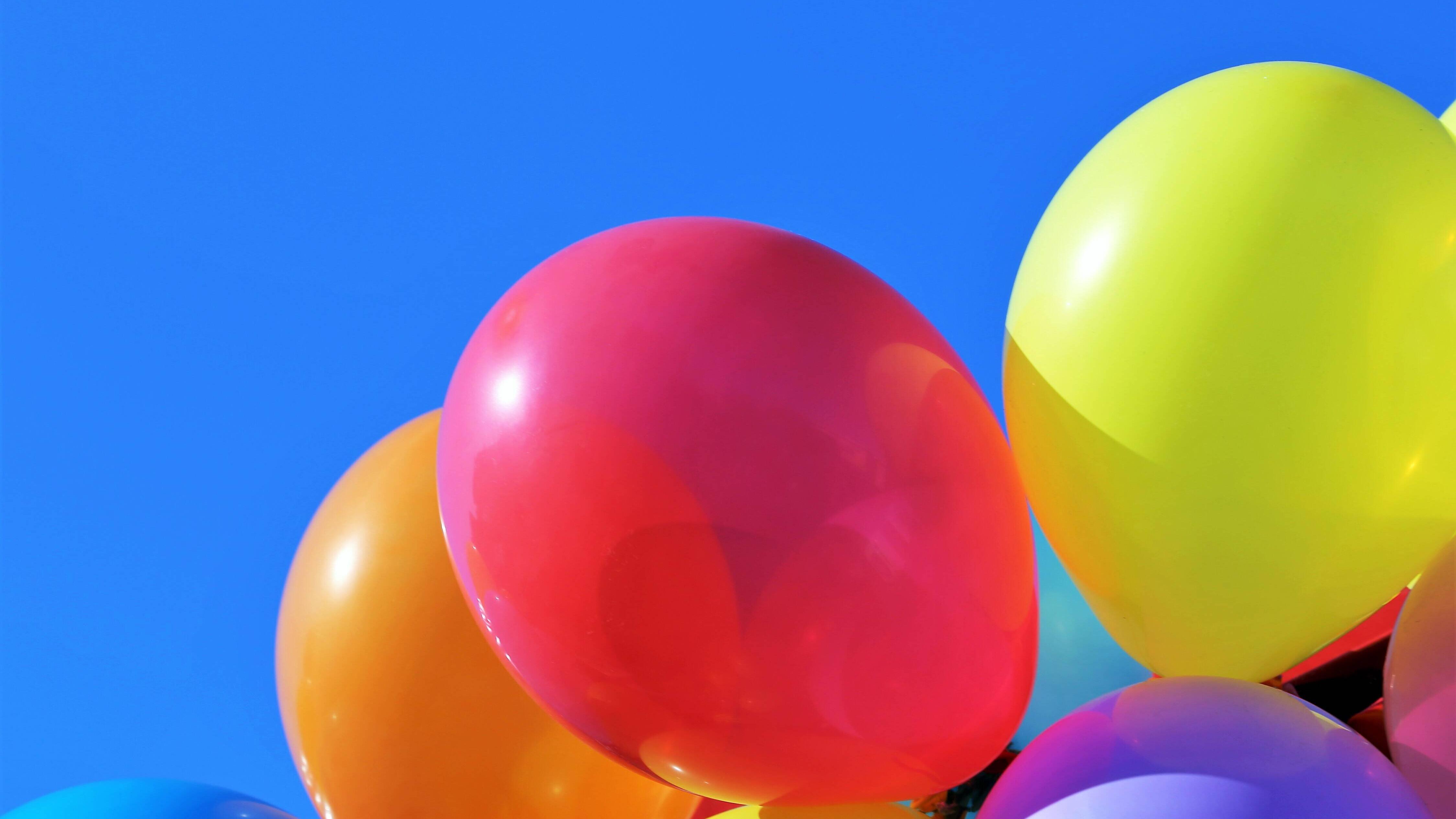 Luftballon mit Überraschungen füllen - so wird's gemacht