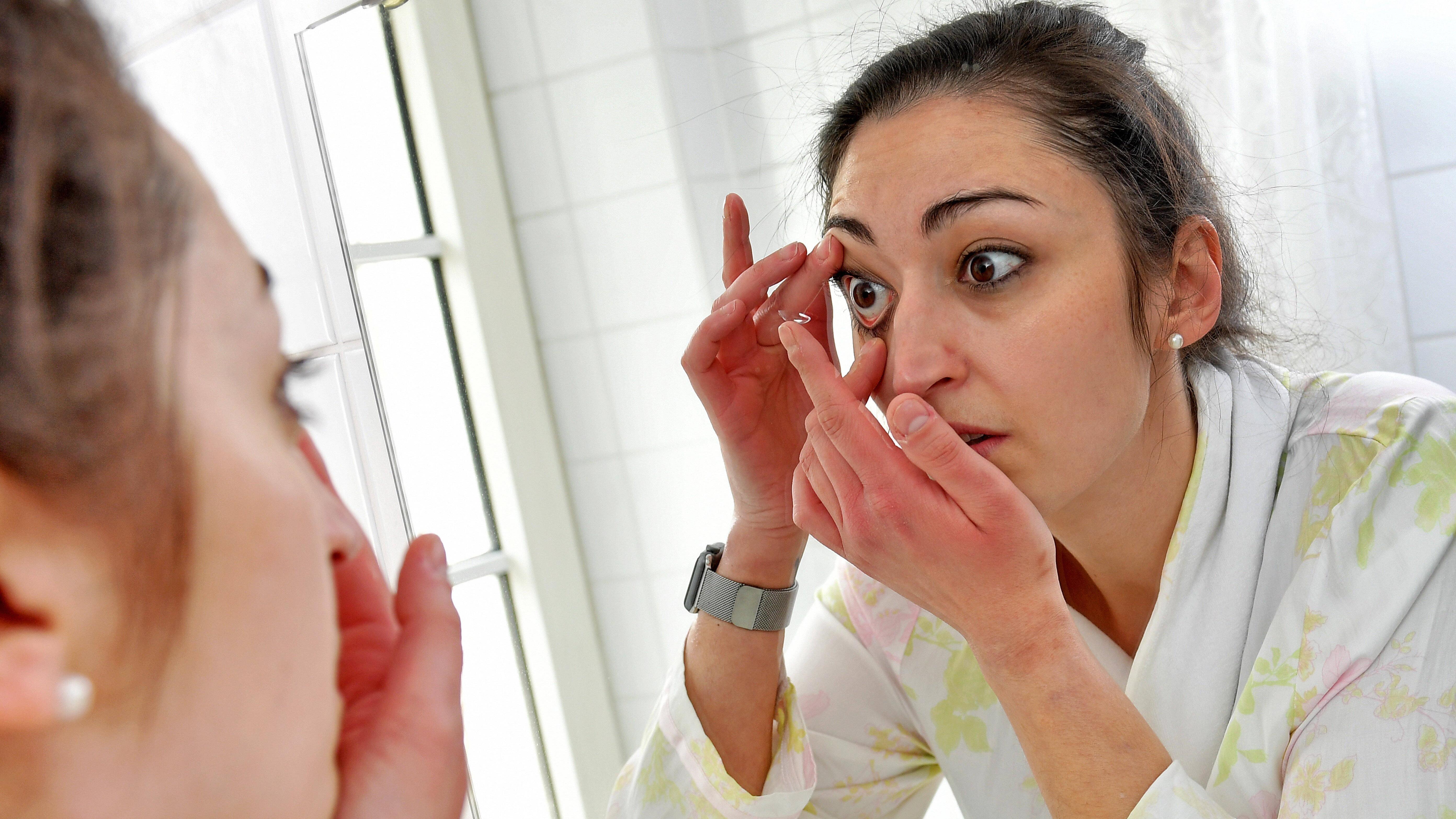Nehmen Sie sich Zeit, um Ihre Kontaktlinsen herauszunehmen.