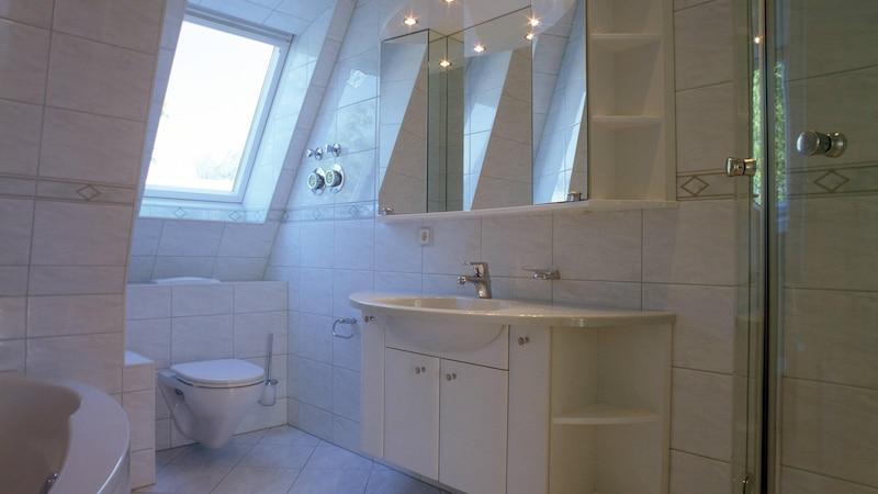 Einen Spiegelschrank aufzuhängen ist nicht immer leicht, aber mit unseren Tipps schaffen Sie es.