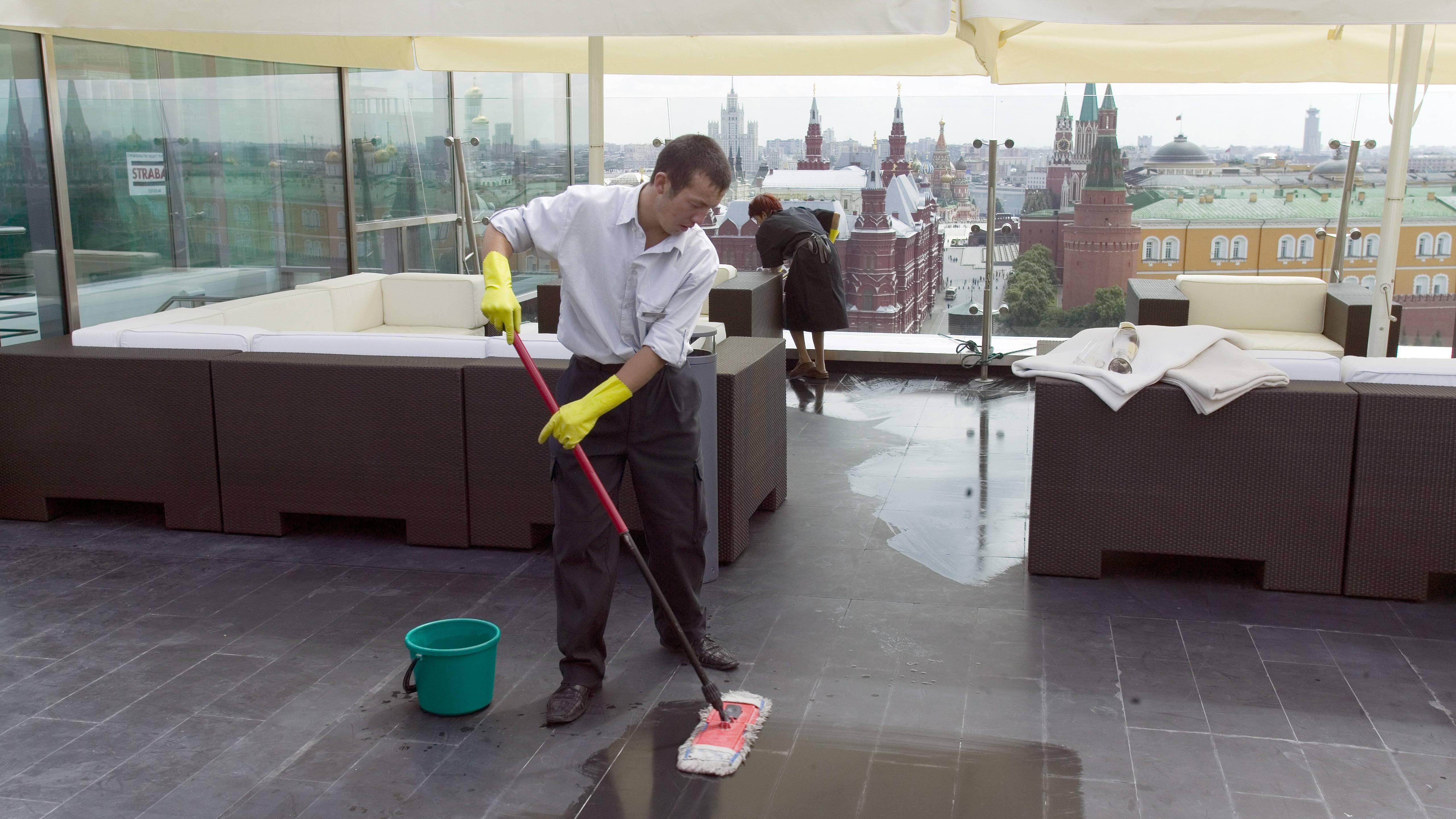 Fettflecken von Terrassenplatten entfernen - so klappt's