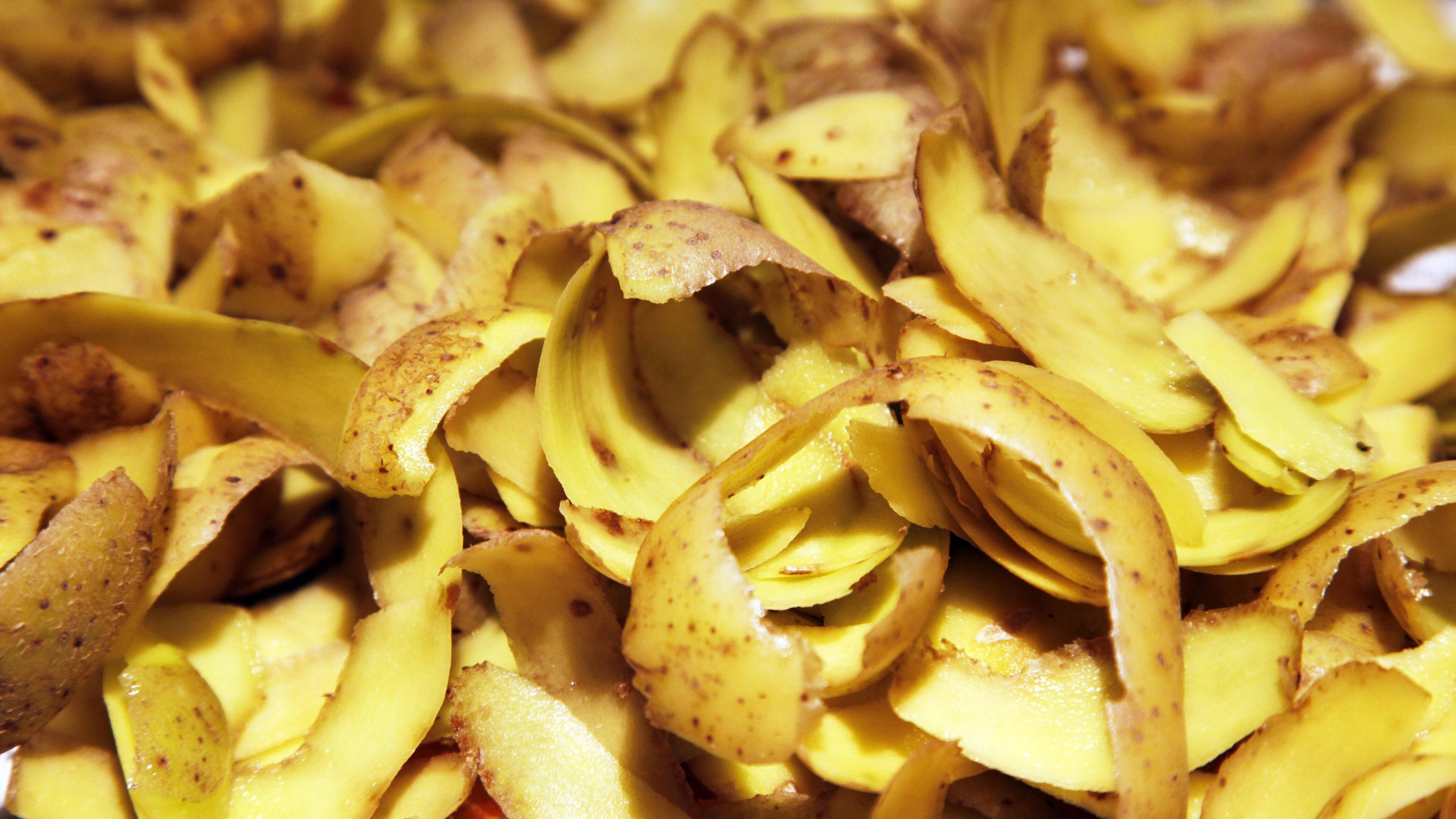 Kartoffelschalen lassen sich zu Grill-/Ofenanzündern verwerten.