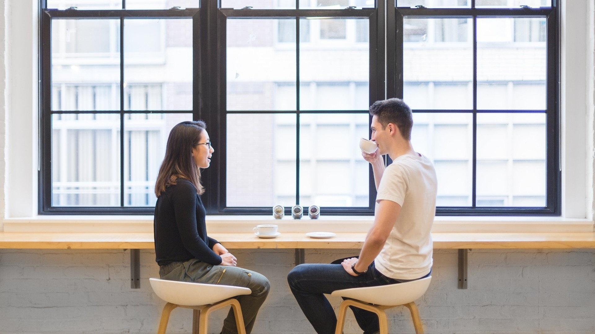Anziehung zwischen zwei Menschen erkennen: So geht's