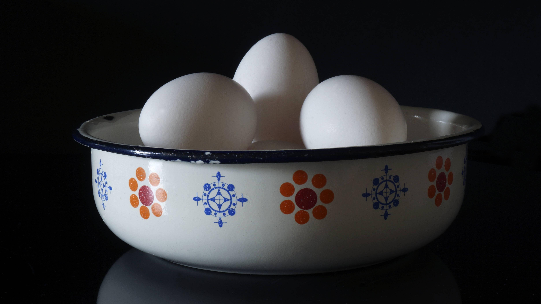 Mit einem einfachen Test in der Wasserschüssel können Sie die Haltbarkeit von Eiern überprüfen.